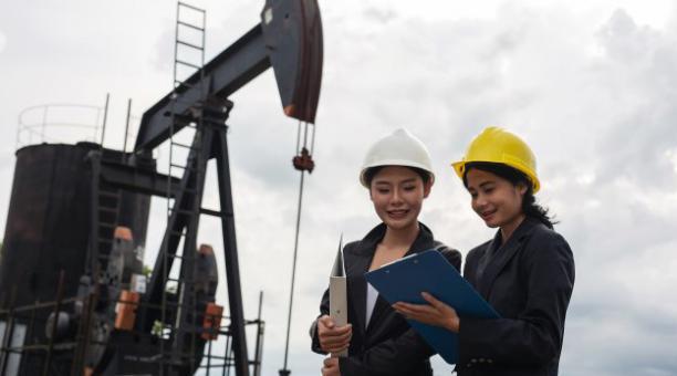 La Unesco exhorta a las naciones a escala global a impulsar políticas que incluyan a la mujer en más carreras técnicas e ingenierías. Foto: Freepik