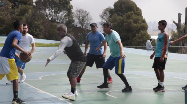 Jóvenes jugaron básquet sin protección en el Parque de la Mujer, ayer en la mañana. Foto: Galo Paguay / EL COMERCIO