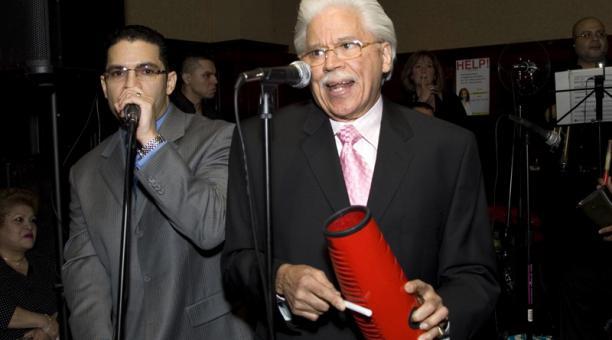 Fotografía de archivo fechada el 27 de marzo de 2008 que muestra al músico y director de orquesta dominicano Johnny Pacheco durante la celebración de su 73 cumpleaños con un concierto ante más de 300 invitados y seguidores en un bar de Nueva York (EE.UU.)