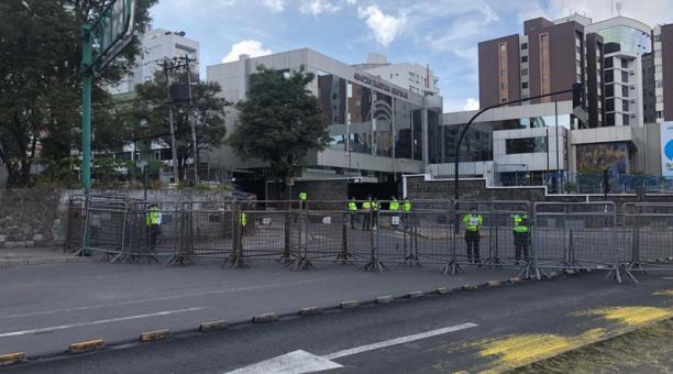 El cierre se realizó en ambos carriles de la vía. Los carros que circulaban en sentido sur - norte eran desviados en la Plaza Argentina con dirección a la avenida De los Shyris.