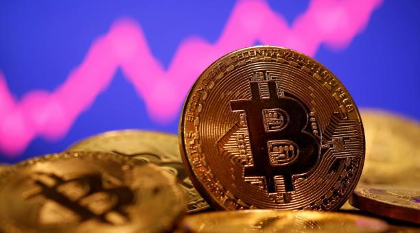El bitcoin alcanzó el récord de UD 50 602 este 16 de febrero del 2021 y más tarde se negociaba con un avance diario de 5%, a USD 50 300. Foto: Reuters