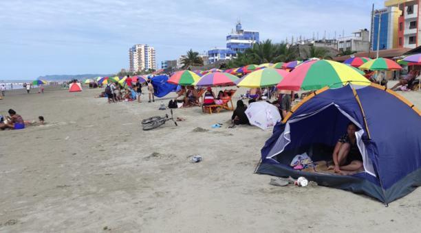En los 200 hoteles habilitados hubo una ocupación del 60%, especialmente en playas como Atacames (en la foto), Tonsupa y Same. Foto: Marcel Bonilla / EL COMERCIO