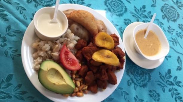 Este es el plato estrella de Cotacachi e incluye maíz tostado, mote, empanada rellena de plátano maduro, aguacate, papas cocidas con cáscara y la carne de cerdo cocinada. Foto: Washington Benalcázar/ EL COMERCIO
