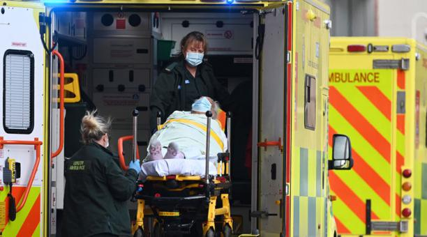 Reino Unido autorizó este 17 de febrero del 2021 que personas sanas sea infectadas contra el coronavirus para probar fármacos. Foto: EFE.