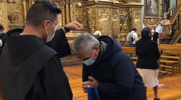 Miércoles de ceniza en la iglesia de San Francisco. Por el covid-19, se coloca la ceniza en la parte superior de la cabeza.