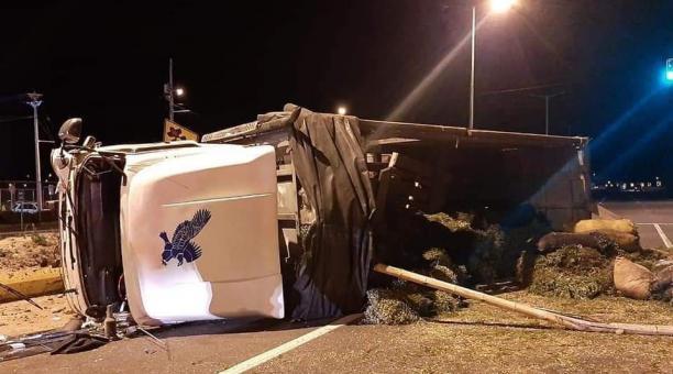 Un accidente se registró en Saquisilí entre un camión y un automóvil pequeño