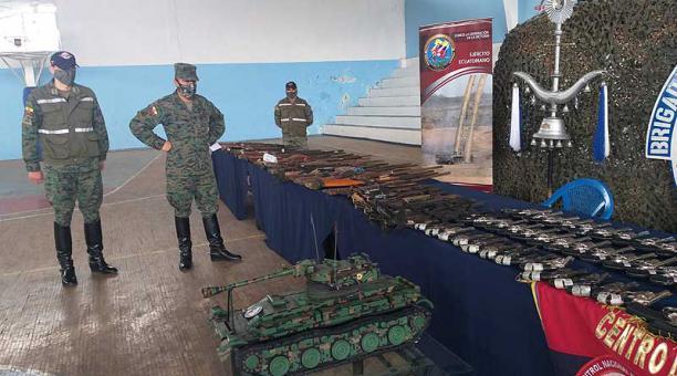 Personal de la Brigada Blindada Galápagos presentó el armamento decomisado en los diversos operativos. Foto: Cristina Márquez / EL COMERCIO
