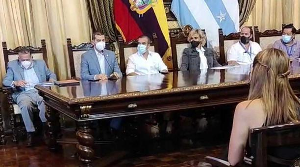 En el Salón de la Ciudad del Palacio Municipal de Guayaquil se reunió la alcaldesa Cynthia Viteri con los gremios empresariales, Junta de Beneficencia, Clínicas Privadas, Colegio de Médicos del Guayas y otros sectores. Foto: EL COMERCIO