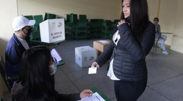 Las personas que acuden a sufragar en Ecuador reciben un certificado de votación. Foto: Archivo/ EL COMERCIO