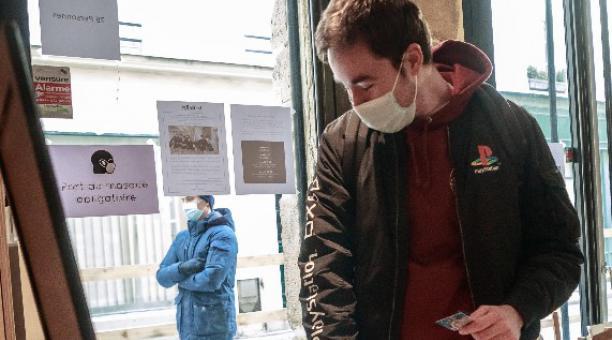Debido a la variante británica del coronavirus, las autoridades sanitarias de Francia anunciaron que el aislamiento que las personas deberán cumplir será de 10 días. Foto: EFE