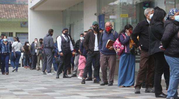 En Iñaquito se observan filas y movimiento de gente en dependencias del Estado. Foto: Diego Pallero / EL COMERCIO