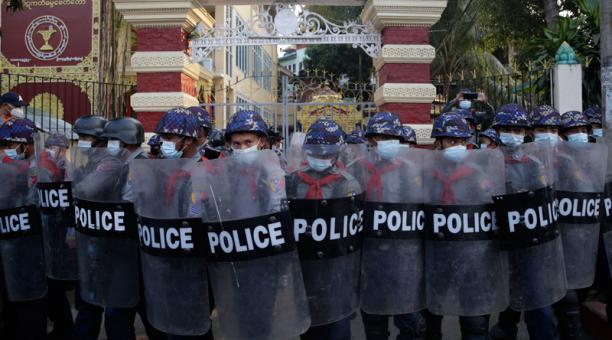 Los policías sostienen escudos mientras cubren la entrada de un monasterio donde los partidarios militares se están reuniendo, en Yangon, Myanmar, el 18 de febrero de 2021.