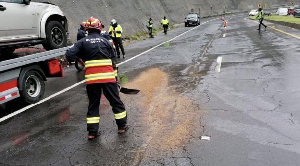El Cuerpo de Bomberos de Quito informó este 19 de febrero del 2021 de un derrame de combustible en la avenida Interoceánica. Foto: Twitter/ @BomberosQuito.