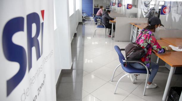 En las oficinas de atención del SRI, en el norte de Quito, se atienden consultas de contribuyentes. Foto: Patricio Terán / EL COMERCIO