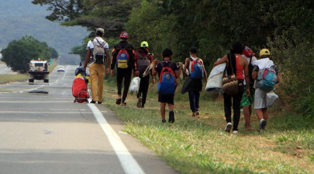 Ciudadanos venezolanos caminan por una autopista cercana a Cúcuta (Colombia). Foto: EFE