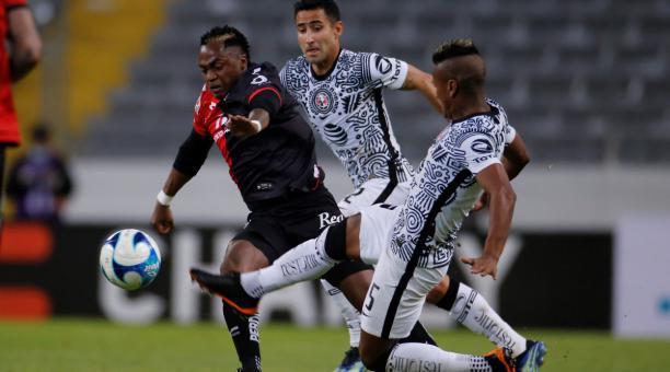 Renato Ibarra (izq.) es marcado por Luis Fuentes, en el duelo entre el Atlas y el América, por la Liga mexicana. Foto: EFE.