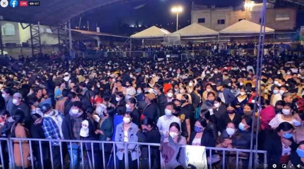 El concierto se desarrolló la noche del sábado 20 de febrero del 2021 en el coliseo de la comunidad de Peguche, en Otavalo, a pesar de que sus organizadores fueron notificados para que no se realice. Foto: Tomada de Facebook.