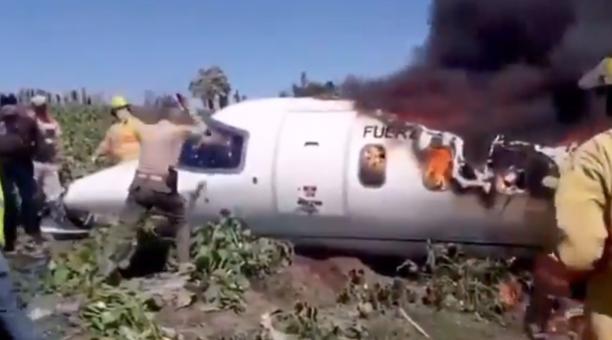 Uniformados de la Armada trataron de rescatar sin éxito a los militares que se accidentaron en un avión en el que viajaban, el 21 de febrero del 2021. Foto: Captura de pantalla