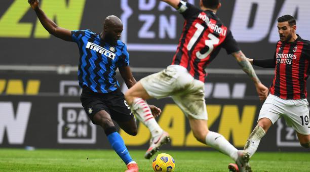 Romelu Lukaku remta al arco ante l marca de los jugadores del AC Milan. Foto: Inter de Milán