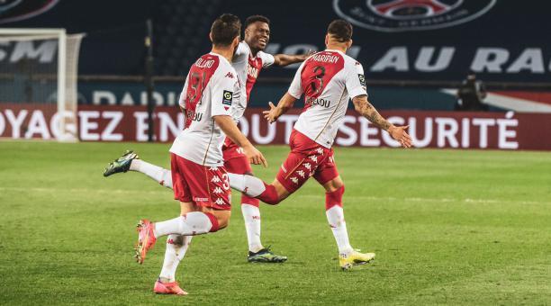 Los jugadores del Mónaco celebran uno delos dos goles que le marcaron al PSG, en su estadio. Foto: Twitter del Mónaco
