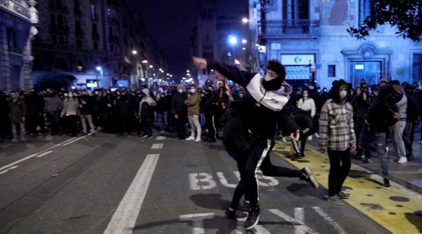 Ocho personas fueron detenidas la noche del 21 de febrero del 2021, durante las protestas violentas en Barcelona por el encarcelamiento del artista rapero Pablo Hasel. Foto: EFE
