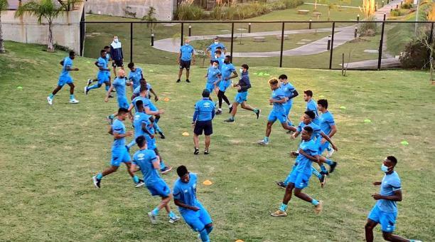 Los jugadores de la Católica realizan trabajos de recuperación en el hotel de concentración, en Montevideo. Foto: Tomada de Twitter de Católica