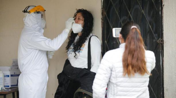 Las brigadas móviles de salud del Municipio de Quito acudieron esta mañana a la casa comunal de Santa Rosa de la Argelia para evaluar a las personas y realizar el hisopado para pruebas PCR. Foto: Patricio Terán/ EL COMERCIO.