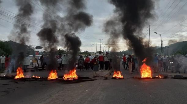 La vía fue despejada poco a poco por los manifestantes hasta que se restableció el paso hacia el sur de la provincia. Foto