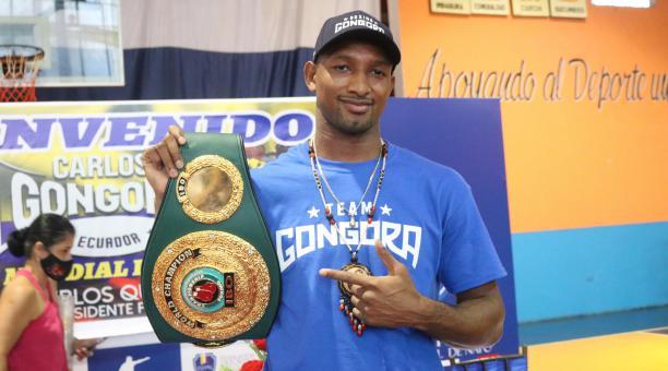 Carlos Góngora junto al cinturón de la IBO. Foto: Facebook Federación Deportiva de Napo