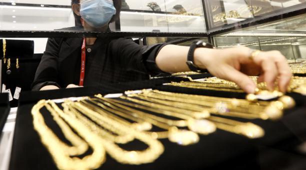 La cotización del oro bajó ante el aumento del precio del dólar, el 23 de febrero del 2021. Foto: EFE