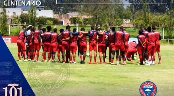 Los jugadores del Olmedo se reunieron en el centro de la cancha durante uno de los entrenamientos en Riobamba. Foto: Facebook del CD Olmedo