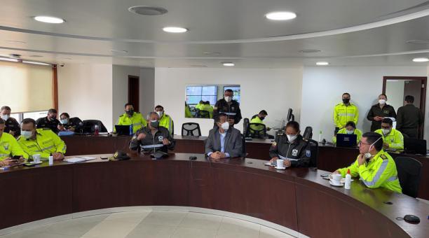 El Ministro de Gobierno, Patricio Pazmiño, junto al oficiales de la Policía coordinaron acciones ante los amotinamientos registrados en las cárceles del Ecuador, el 23 de febrero del 2021. Foto: Twitter Patricio Pazmiño
