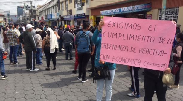 En Ibarra, vendedores del Mercado Amazonas realizaron un plantón en las inmediaciones del centro de abastos, José Luis Rosales/El Comercio. Foto: José Luis Rosales/ EL COMERCIO.