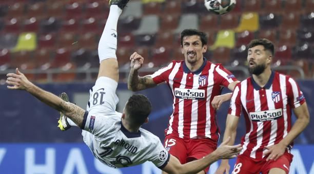 Oliver Giroud anotó de chilena. La acción fue revisada por el VAR. Foto: EFE