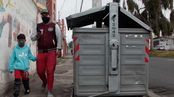 Un contenedor ubicado a la altura de La Kennedy tiene la puerta dañada. Foto: Galo Paguay / EL COMERCIO