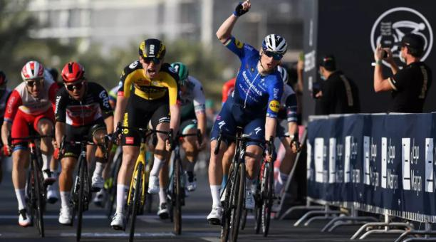 Sam Bennett (azul) fue el ganador de la cuarta  etapa del Tour de los Emiratos Árabes Unidos. Foto: Tomada de Twitter