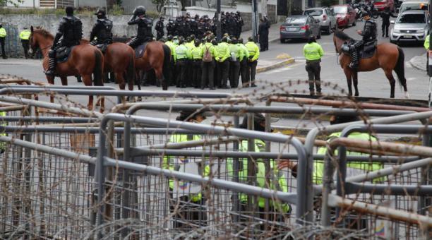 Policías custodian los exteriores del Consejo Nacional Electorial (CNE), este 24 de febrero del 2021