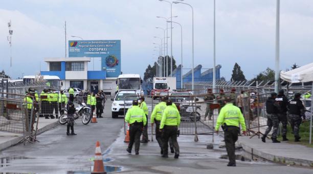 Agentes especiales de la Policía y Fuerzas Armadas resguardan la cárcel de Cotopaxi. El martes 23 de febrero del 2021 79 personas fueron asesinadas en ese centro penitenciario, así como en Guayaquil y Turi, Cuenca. Foto: Glenda Giacometti/ EL COMERCIO