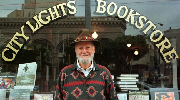 Lawrence Ferlinghetti posa frente a su afamada librería en San Francisco, California. 1998. Foto: EFE