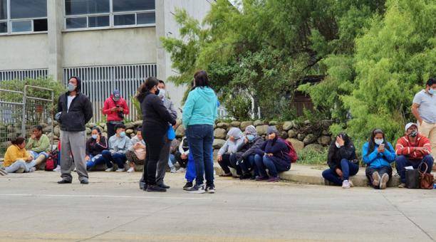 Familiares esperan noticias sobre sus allegados en los exteriores de la cárcel de Turi, en Cuenca. Foto: Lineida Castillo / EL COMERCIO
