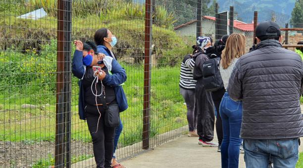 Decenas de personas aguardan en los exteriores del Centro Forense de Cuenca para identificar los cuerpos de sus familiares asesinados en el Centro de Rehabilitación Social Turi de Cuenca.