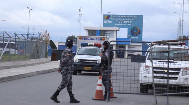 El cuerpo fue trasladado en un vehículo de medicina legal hasta el Centro Forense de Ambato y se iniciaron las investigaciones del caso.