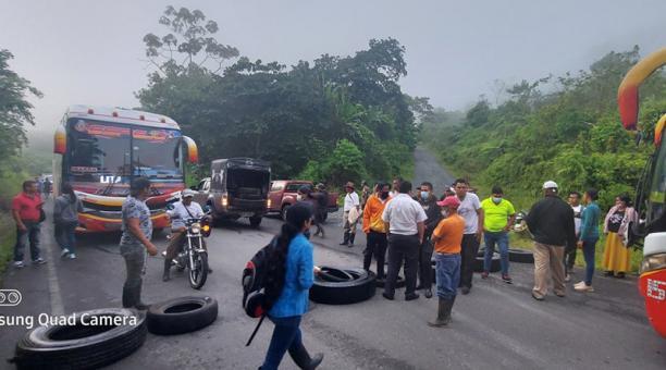En la vía San Lorenzo-Imbabura se produjo un cierre de la carretera el último martes. Los protestantes levantaron la medida y esperan la intervención de autoridades. Foto: Cortesía.