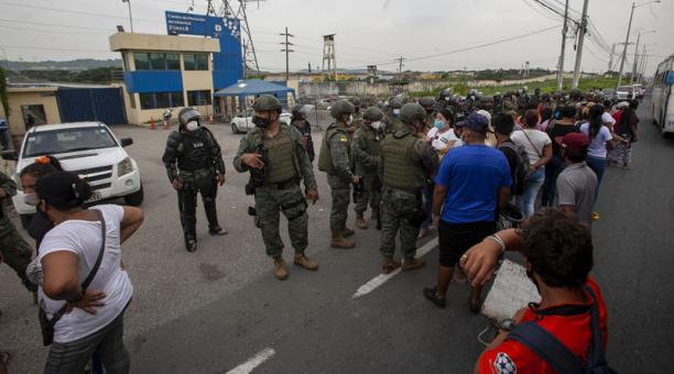 Un privado de la libertad fue procesado este 24 de febrero del 2021 por el delito de asesinato en los amotinamientos registrados el 23 de febrero del 2021 en tres cárceles de Guayaquil. Foto: Enrique Pesantes/ EL COMERCIO.