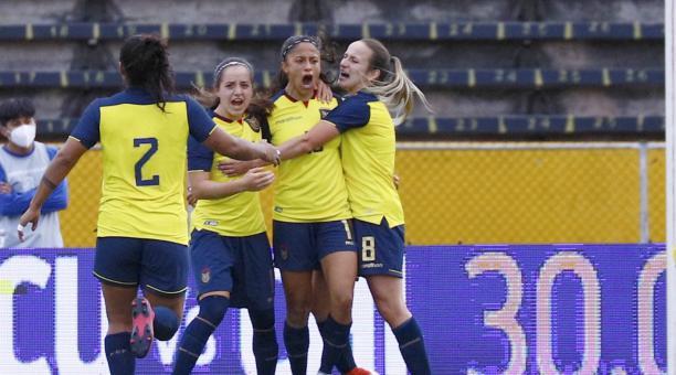 Kerlly Real anotó el segundo gol de Ecuador, ante Bolivia, desde el punto pena. Foto: FEF