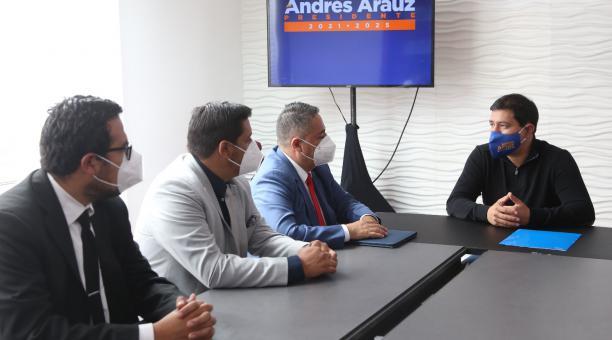 Andrés Arauz se reunió este 24 de febrero del 2021 con el presidente de la Asociación de Municipalidades del Ecuador. Foto: Vicente Costales /  EL COMERCIO