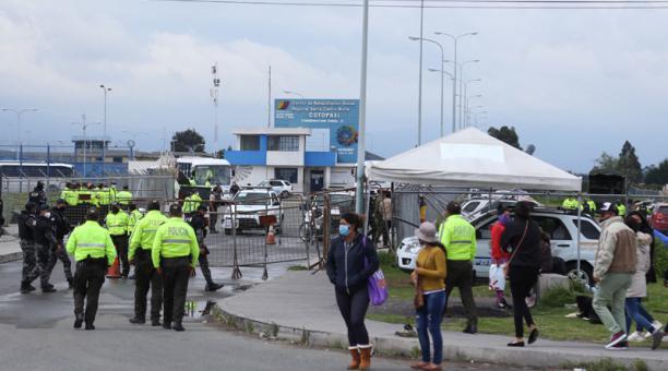 Decenas de personas buscaban información de sus familiares en el Centro de Rehabilitación Regional de Cotopaxi. Foto: Glenda Giacometti / EL COMERCIO