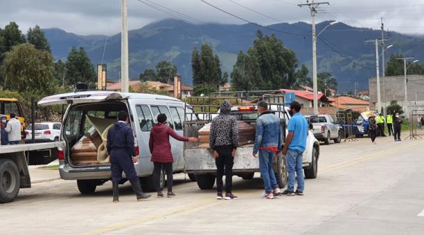 Hasta la tarde de este miércoles 24 de febrero del 2021, 19 cuerpos fueron retirados del centro forense y llevados a sus ciudades de origen para los velatorios. Foto: Lineida Castillo / EL COMERCIO