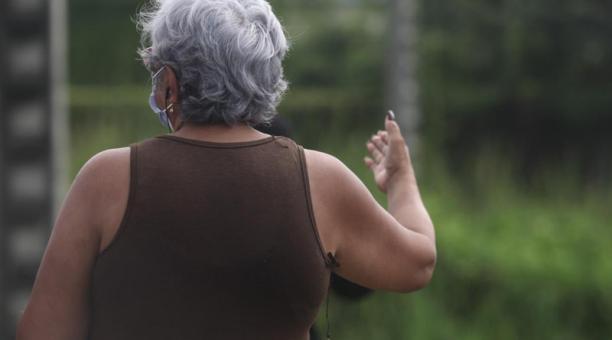 Elena (nombre protegido) contó cómo ha buscado información sobre el estado de salud de su hijo de 26 años. Foto: EL COMERCIO