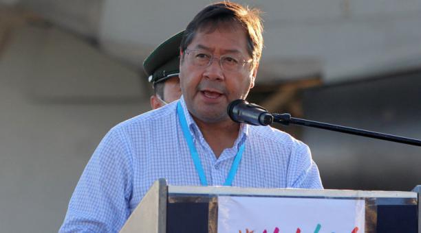 El presidente de Bolivia, Luis Arce, ofrece un discurso a la llegada de las vacunas chinas Sinopharm en el aeropuerto de Viru Viru, en Santa Cruz (Bolivia). Foto: EFE
